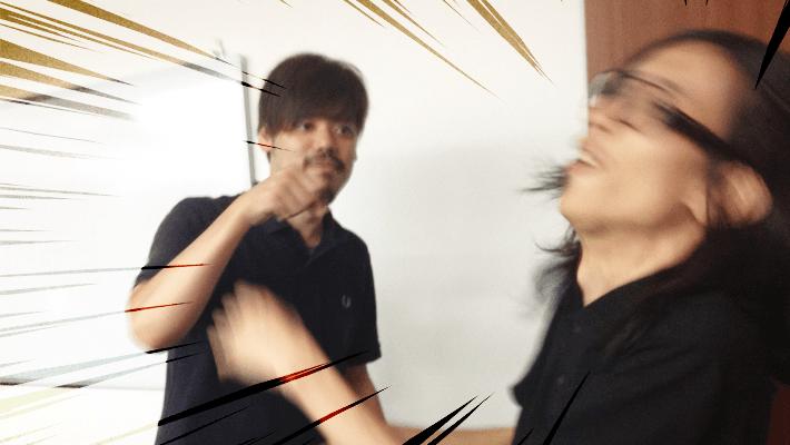 室伏でも耐えられないと言われるTomoの正拳突き、速すぎて止まっているように見える事で、スロウ・ハンドと呼ばれている。by Shinnoji
