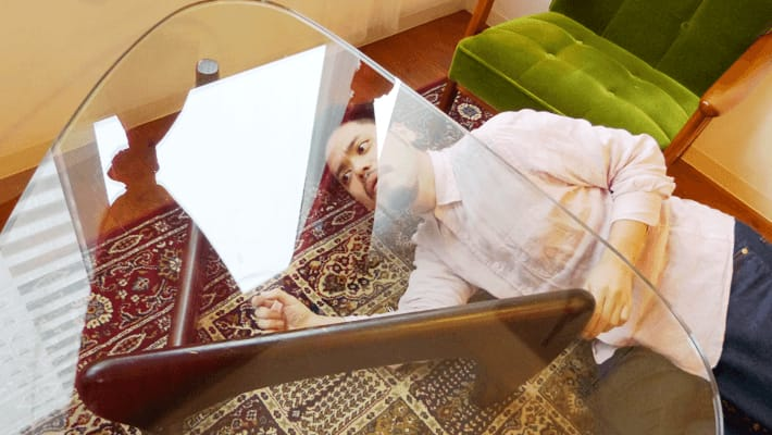透明のテーブルの下をのぞきにかかるTOMO先輩 by ぺとら