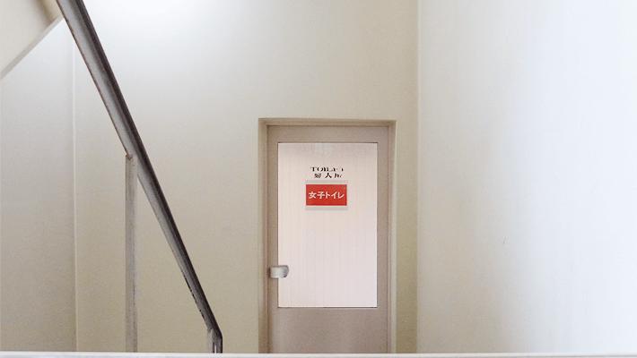 女子トイレの前で倒れていた宇宙人 by ぺとら