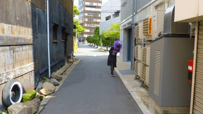 裏道を散歩している宇宙人。by Shinnoji