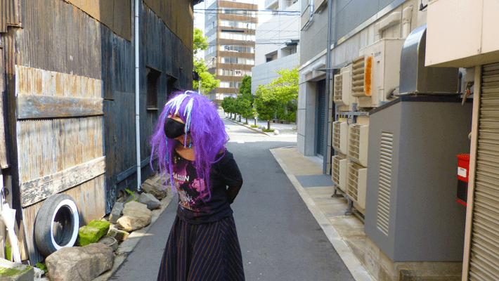 迫る紫色の稲妻