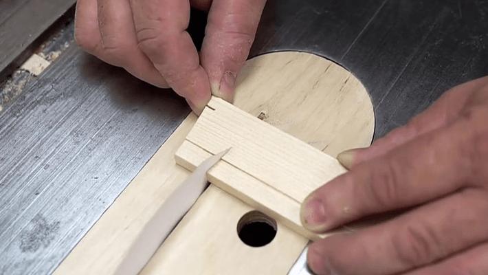 紙で指が切れるのはまだまだ序の口、なんとペラペラの紙で木の板を切断する驚きのムービー