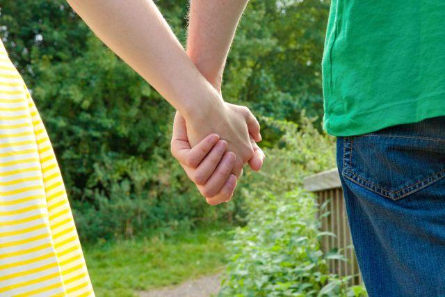 手や腕に触れる