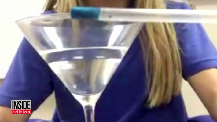 3人の少女がデートレイプを防ぐため飲み物に入った薬物を検知する「スマートストロー」を開発