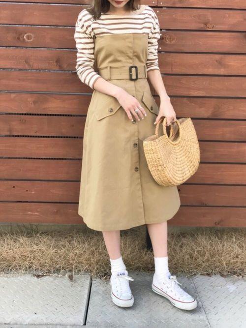 斬新なデザインのトレンチスカート