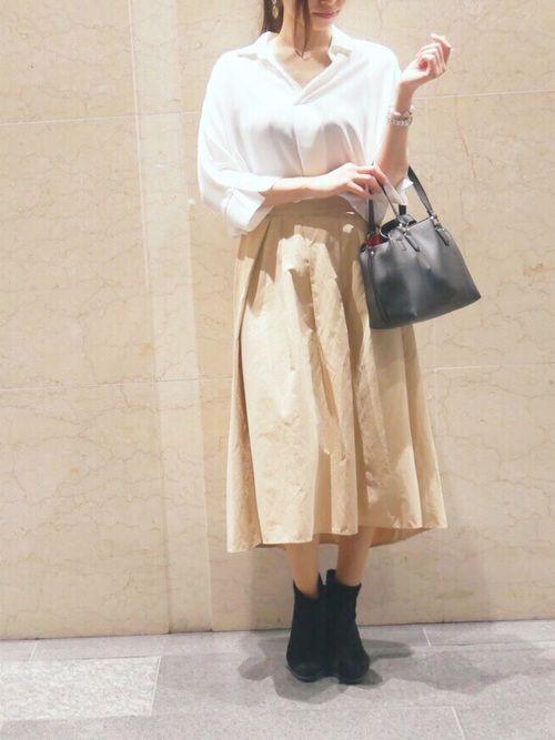 シャツ×フレアスカートで上品な大人コーデ