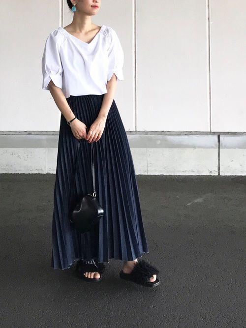 ロングのプリーツスカートは大人カジュアルに