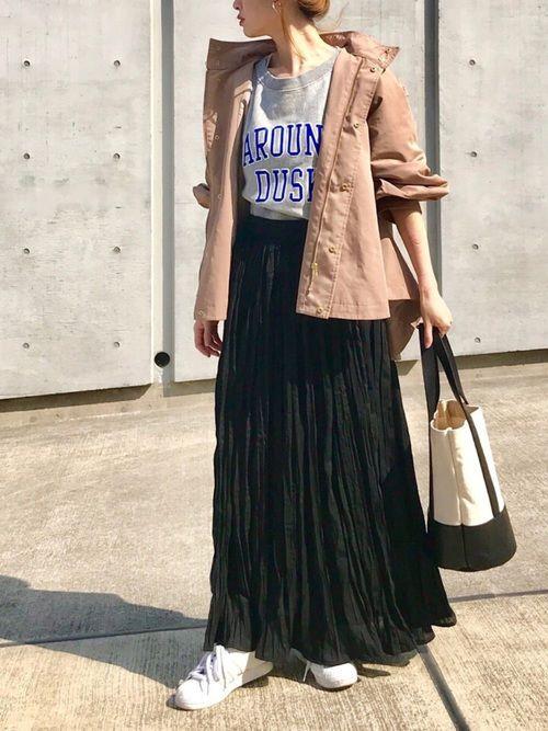 シワ加工のプリーツスカートで柔らかみのあるコーデ
