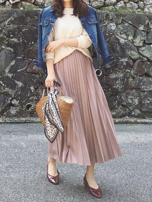 ピンクのプリーツスカートでフェミニンに