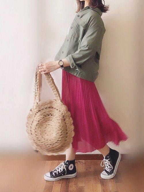 カラーのプリーツスカートを合わせて元気な印象に
