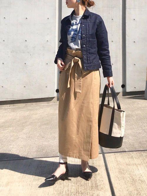 タイトなチノスカートは、一気に女性らしく
