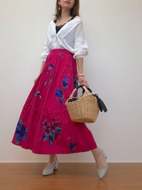 鮮やかなカラースカートに添えてエレガントに