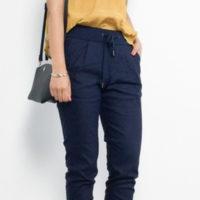 ジョガーパンツで足元すっきりコーデ♪ 女性らしく着こなす方法は?