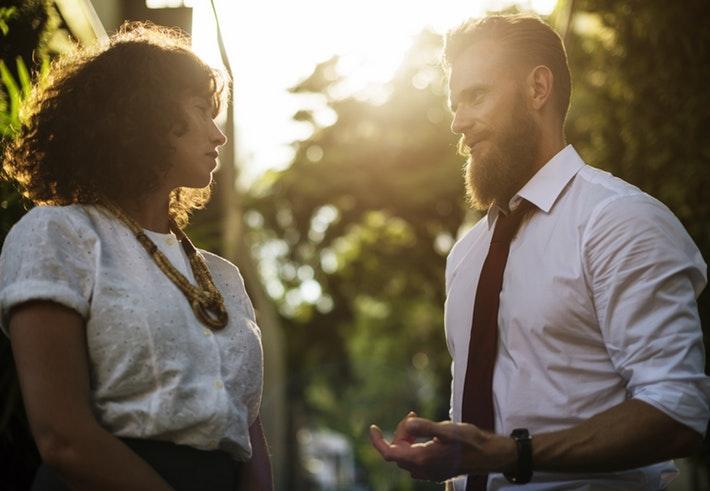 男性が職場で好きな人にとる分かりやすすぎる行動とは?