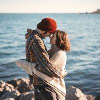 彼氏が思わず抱きしめたくなる彼女の特徴とその瞬間は?