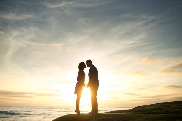 女性必見!カップルで試したいキスの種類とやり方